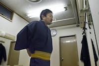 高座を前に準備する落語家の立川談笑さん
