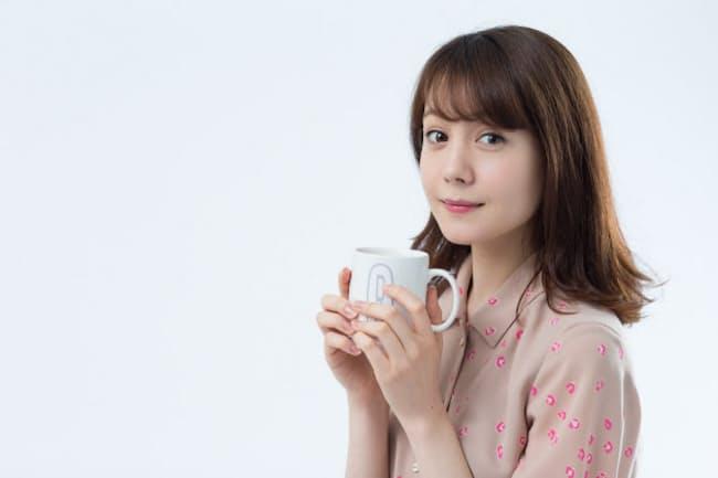 お茶を飲むトリンドル玲奈