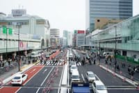 新宿駅南口。右手前の低層ビルがJR新南口と高速バスターミナルが一体化した「バスタ新宿」。4月4日の開業予定