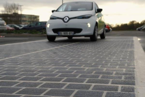ソーラー道路:欧米の複数の企業が、道路沿いや道路上にソーラーパネルを敷設する実験を行っている。フランスのある会社は、コスト削減のため埋め込み式ではなく道路に直接敷けるソーラーパネルの開発に取り組んでいる。(PHOTOGRAPH BY SOLAR ROADWAYS)