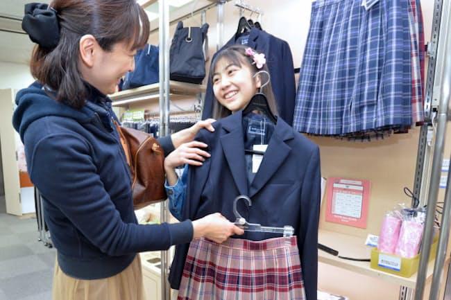 売り場で制服を選ぶ生徒(東京都中央区の三越日本橋本店)