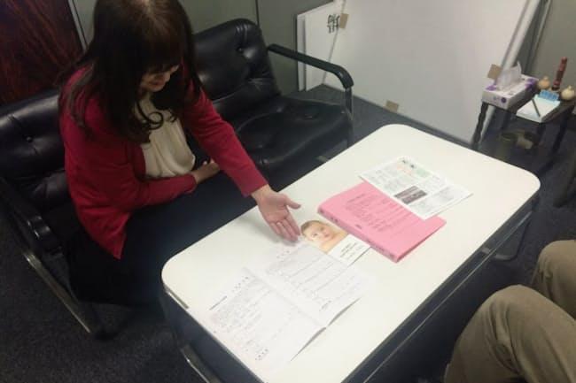 献体の書類や会報の保管用に目立つ色のファイルを特注、登録会員の家族がすぐに連絡できるようにした(名古屋市中区の公益財団法人不老会)