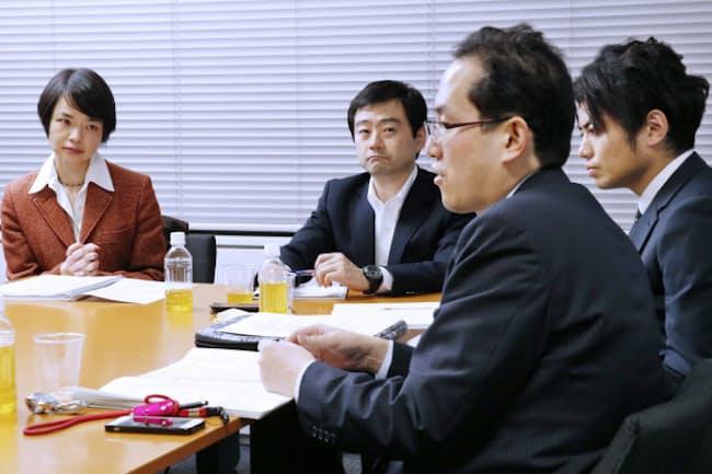 討論する(右から)松本氏、天野氏、武藤氏、堀田氏