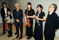 「東北ユースオーケストラ」の演奏会で記者団の取材に答える坂本龍一さん(右から4人目。右端はジャズピアニストの山下洋輔さん)