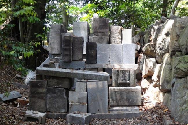 無縁墓として撤去された墓石の山積場(小谷みどりさん提供)