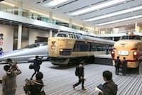 報道陣に公開された、特急や新幹線などの車両が並ぶ京都鉄道博物館(1日午後、京都市下京区)=写真 山本博文
