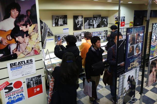 ビートルズの来日50周年を記念したイベントでは、関連資料の展示があった(2日、東京都千代田区)