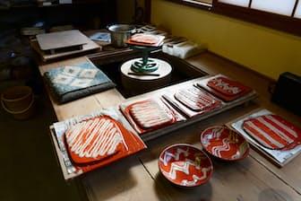 スポイトで描かれた模様が穏やかな日差しを浴びる(鳥取県岩美町の岩井窯)