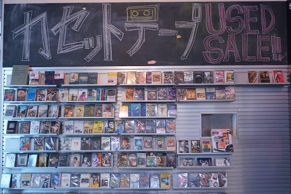 HMV record shop 渋谷では入り口のすぐ脇にカセットテープがずらりと並ぶ