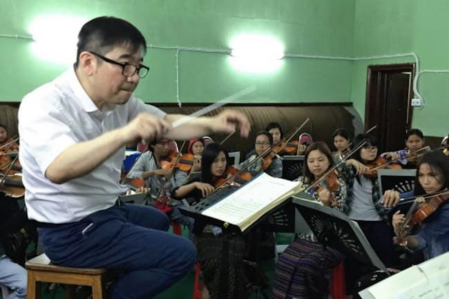ミャンマー国立交響楽団を指揮する山本祐ノ介さん