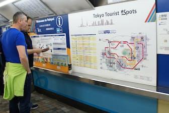 東京メトロでは主要14駅に地下鉄の乗り方や沿線情報などを書いた「ウエルカムボード」を設置するなど、外国人に分かりやすい表示を進めている(上野駅)