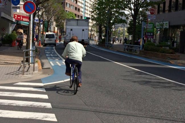 都内では自転車が走りやすい道づくりが進んでいる(東京都江戸川区)