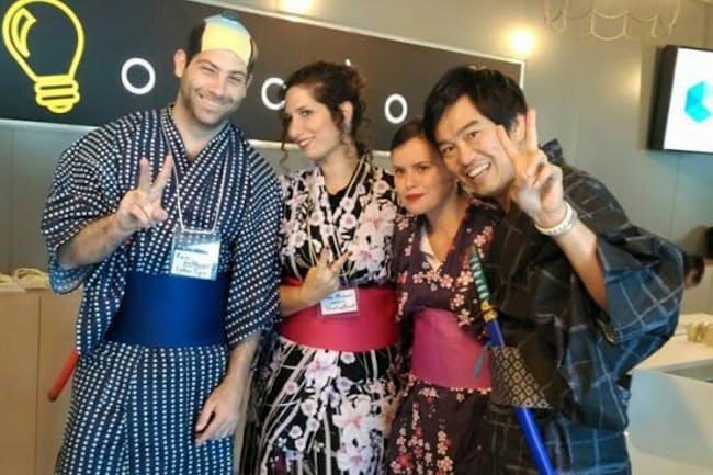 侍の格好をしたサムライインキュベートの榊原氏(右)