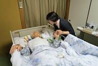 ケアタウン小平訪問看護ステーションは患者や家族からの連絡に24時間対応している(東京都小金井市の大類さん宅)