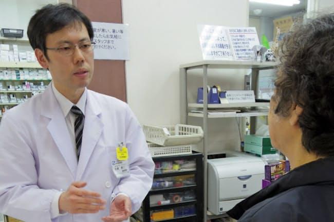 店頭でも薬の飲み残しなどをチェック(東京都清瀬市の野塩薬局)