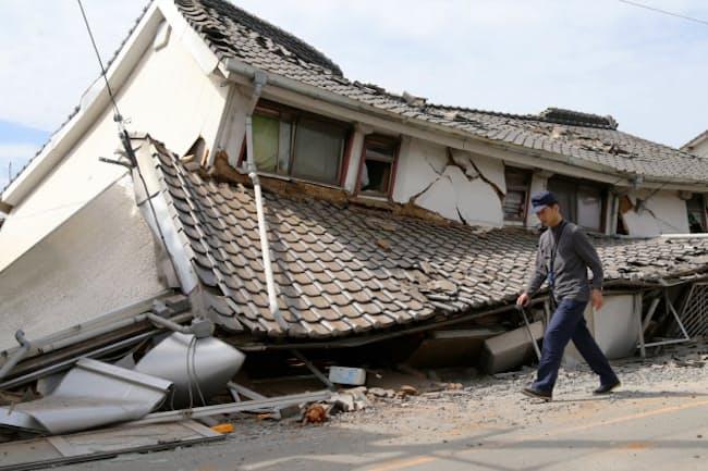 地震の影響で倒壊した建物(16日午後、熊本県益城町)