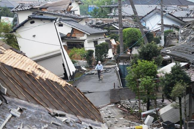 地震で倒壊した家屋(24日、熊本県益城町)