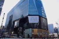 銀座・数寄屋橋交差点前に開業する「東急プラザ銀座」。江戸切子をモチーフに、光の器をコンセプトとした外観が特徴的だ。江戸切子は、江戸の硝子技術と西洋のカット技術の融合で生まれたことから、店舗の象徴になっている