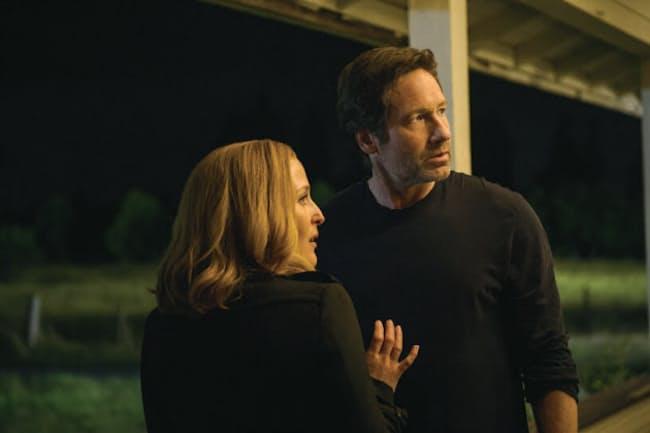 『X-ファイル 2016』クリス・カーターが生んだSFサスペンスの金字塔『X-ファイル』の新シリーズ(シーズン10)。 2002年にシーズン9で終了し、08年に映画第2作『X-ファイル:真実を求めて』以来のモルダーとスカリーの再結成となる。2人の上司だったスキナー、暗躍するシガレット・スモーキング・マン、ローン・ガンメンなどおなじみのキャラクターも登場する。6月1日デジタル配信開始/7月2日ブルーレイBOX、SEASONSコンパクト・ボックス発売&DVDレンタル開始/20世紀 フォックス ホーム エンターテイメント ジャパン(C)2016 Twentieth Century Fox Home Entertainment LLC. All Rights Reserved.