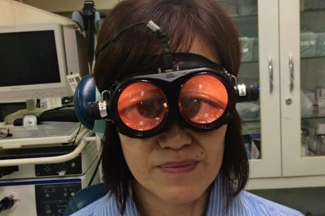 めまいの診断では、眼球を拡大するフレンツェル眼鏡を使う