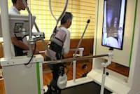 トヨタ自動車の歩行練習アシスト機を使った歩行訓練(大分県由布市の湯布院病院)