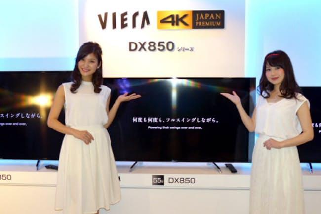 家電各社が映像配信などに対応した4Kテレビを競う(4月7日パナソニックが大阪市内で開いた発表会)