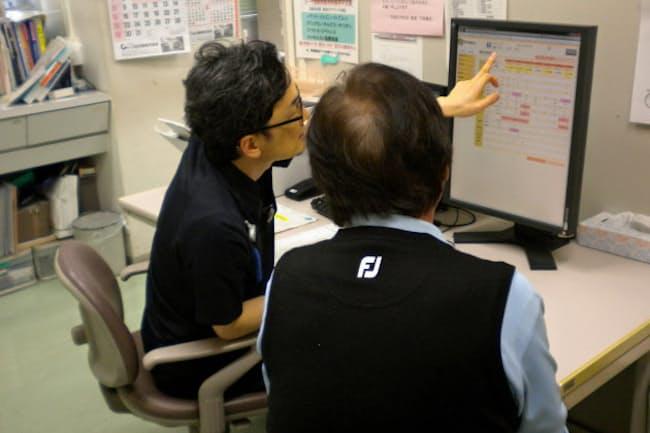 「うすき石仏ねっと」で呼び出した検査記録を見ながら健康指導する(臼杵市のコスモス病院)