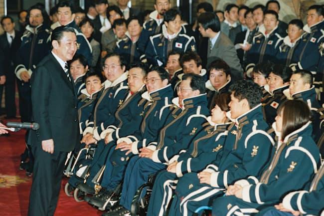 長野大会で五輪とパラリンピックの日本選手団のユニホームが初めて統一された。橋本首相から激励を受ける長野パラリンピックの選手団(1998年3月2日、首相官邸)