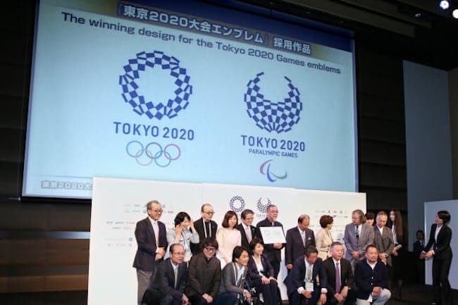 発表された東京五輪・パラリンピックのエンブレム(東京都港区)