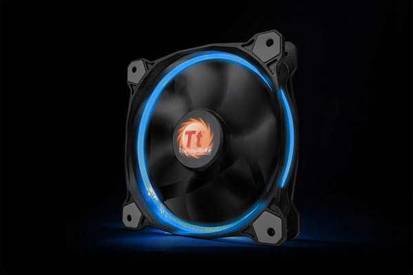 直近の「光モノ」のなかでもスマッシュヒットを飛ばしている、サーマルティクの光るファン「Riing 256Color LED」シリーズ。直径14cmタイプの3個セットで税込み7000円前後だ