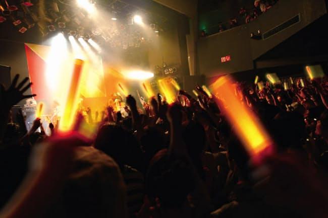 ペンライトでコンサート会場の一体感が高まる