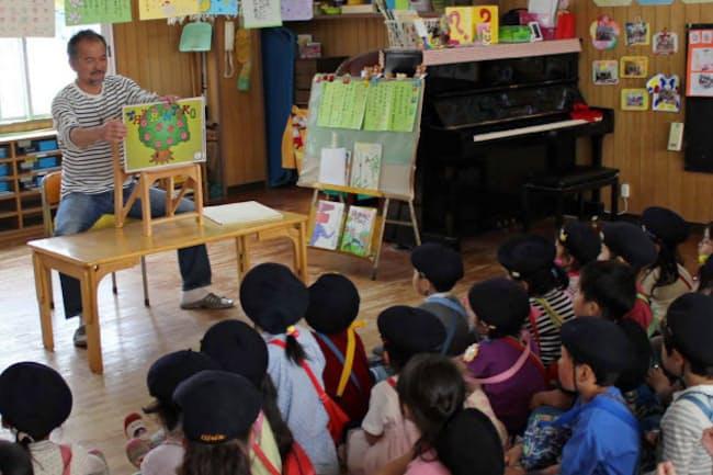 園児に紙芝居を読み聞かせる筆者