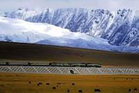 ツァイダム盆地はアルチン山脈、チーリェン山脈、クンルン山脈などに囲まれた乾燥地帯。中央部をチベット自治区のラサまでつながる青蔵鉄道が走る。南部には、チベット高原の隆起にともない太古の海が干上がってできた多数の塩湖がある(写真:Jan Reurink)