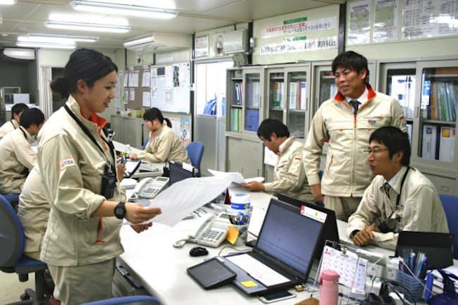 働き方改革を進める戸田建設の木村作業所長(右から2人目)と仕事と育児を両立する天笠さん(左手前)