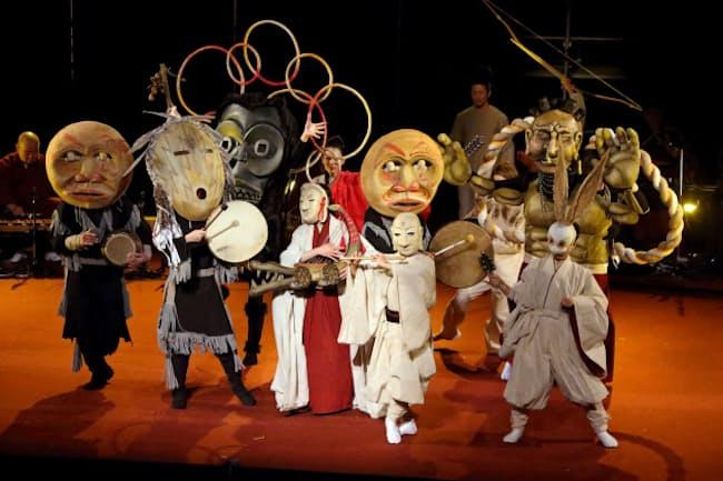 「イナバとナバホの白兎」は大仰な仮面が祝祭的雰囲気を盛り上げる=写真 日置 真光