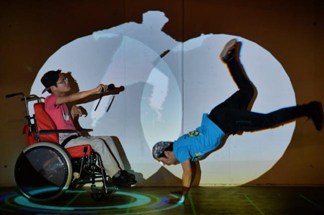 デジタル技術を使ってダンサーとダンスを楽しむ脳性まひの中学生(左)(東京都渋谷区)