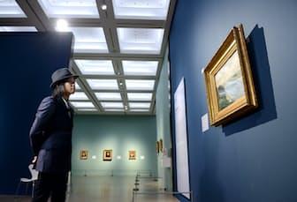 「セーヌ川のはしけ」を鑑賞する辻仁成さん(4月、東京・六本木の国立新美術館)