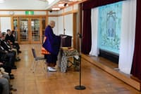 生前葬で読経する僧侶(東京都江東区の大正記念館)