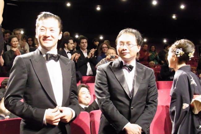 上映終了後、拍手を受ける(左から)浅野忠信、深田晃司