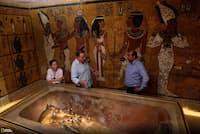 ツタンカーメン王の石棺のそばで、レーダースキャンについて話をする考古学者のニコラス・リーブス氏、上野由美子氏、そしてカイロ大学のレーダー専門家アバス・モハメッド・アバス氏。(PHOTOGRAPH BY KENNETH GARRETT, NATIONAL GEOGRAPHIC)