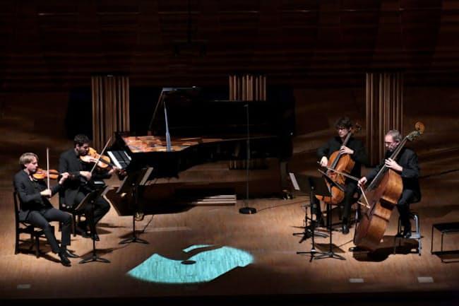 AIピアノと共演するベルリンフィルのメンバー(19日、東京都台東区の東京芸大)