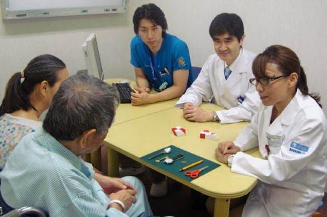 医師・臨床心理士らが高齢患者の心身の機能を総合的に評価する(東京都文京区の東京大病院老年病科)