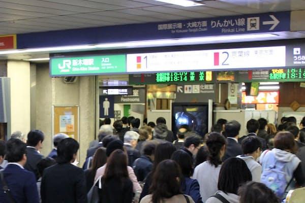 朝夕のラッシュ時間は乗り換え客で混雑する(JR新木場駅)