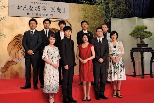 NHKの大河ドラマ「おんな城主 直虎」に出演する柴咲コウさん(前列中央)、三浦春馬さん(前列左から2人目)ら。