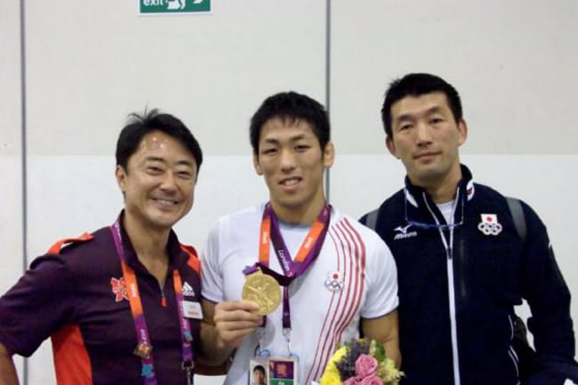 ロンドン大会では金メダルを取ったレスリングの米満達弘選手(中央)の通訳も務めた(左が西川氏)