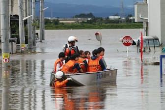 台風18号の影響による豪雨で、宮城県大崎市を流れる渋井川の堤防が決壊した(2015年9月)