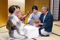 箱根の温泉旅館では英語で芸者遊びを楽しんでもらうイベントを開催するなど、日本文化に触れたいという訪日外国客は増えている