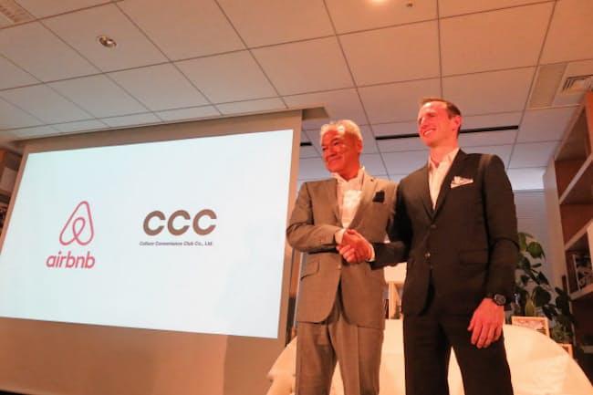提携を発表したAirbnbのジョー・ゲビア共同創設者(右)とCCCの増田宗昭社長(27日、東京都渋谷区)