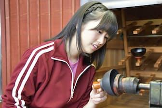 最初にに登場するのは佐々木彩夏さん。福井県鯖江市にある越前漆器の工房を訪ね、漆器作りに挑戦します