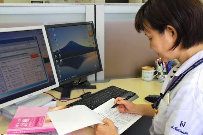 患者が記入した問診票をもとに服用中の薬について調べる(東京都世田谷区の国立成育医療研究センター)